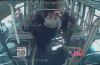 正能量:老人摔倒在公交车上 大家齐救助