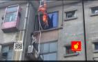 视频|用绳子从楼顶爬窗回家 济南63岁大妈高空大冒险