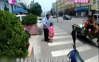 女孩独自上街找妈妈 被好心市民及时发现