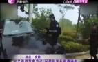 三名嫌犯驾车冲卡 民警别车拦截遭撞击