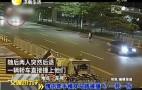 情侣牵手横穿马路被撞飞 一死一伤
