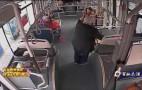 八旬老人行动不便坐公交 驾驶员抱其下车扶过马路
