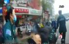 暖心泉城:八旬老人路边晕倒 交警市民热心相助