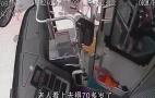 七旬老人公交车上瘫坐呕吐 热心司乘及时救助