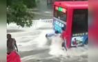 山东淄博突降暴雨,女子下车查看路况,不幸冲到公交车底溺亡