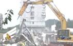 合法房子后院冒出万余平米违建,城管督促拆除违章房屋