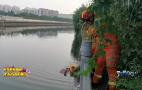 7旬老人不慎落水小清河,消防员成功救援