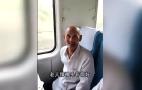 高龄老人独自乘火车外出 列车长手机全程给家属直播
