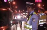 女司机拒不配合检查 民警警告无效后破窗