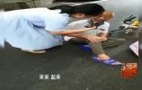 外卖大叔雨中摔伤 背后原因令人感动