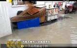 降雨过后 小区门口积水成河