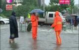 暖心:各部门雨中坚守 为行人保驾护航