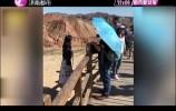 女游客脚踩丹霞地貌拍照 景区:需要60年才能恢复