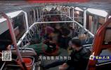 小伙公交车上突犯病 众人紧急相助显真情