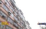 两岁男童7楼坠落 幸有木棚救他一命