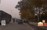 俩老人骑车相撞骨折 好司机积极施救脱险