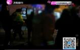 男子右腿卷入车轮内被卡住 消防员紧急救援