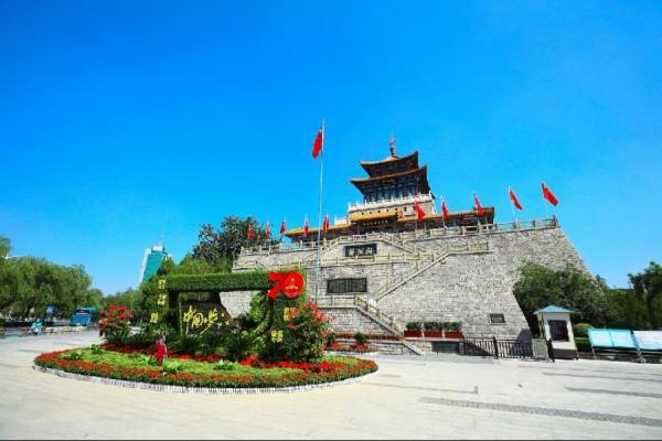 """国旗高悬迎国庆,历下街头尽是""""中国红"""""""