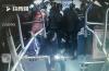 """济南:女乘客公交车上晕倒 喊""""救命""""后众人齐施救"""