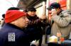 济南:老人摔倒头破血流 众人抢着搀扶温暖人心
