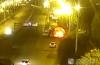 油罐车撞上限高杆柴油泄漏 一司机不顾危险开离燃烧轿车