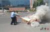 中考考场周边电动车发生自燃 交警迅速反应将火扑灭