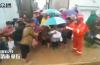 暖心闻|老人孩子先上车!济南暴雨中千人突围,救援进行中
