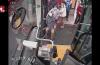 暖心!乘客坐轮椅上车不便,公交驾驶员和乘客齐帮忙