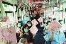 """推广定制公交 倡导绿色出行 乘客""""七夕""""获惊喜"""