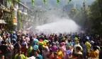 西双版纳迎来一年一度泼水节 居民游客狂欢