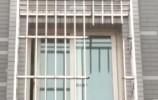 泉城正能量:女孩坠楼挂在防盗窗上 楼下邻居急救援