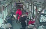 济南:乘客中途晕倒 公交车逆行急送医院