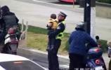 【视频】交警叔叔抱娃指挥交通,获网友齐点赞!背后的原因竟是…