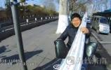 """济南男子骑电动车拉建筑材料 单手扶把被查下自称""""武艺高强"""""""