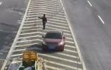 【视频】奇葩!大爷开车看不懂导航,居然让老婆在高速上做这事!