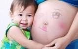 """二胎时代""""妈妈争夺战"""":从被过度关注到被过度忽略"""