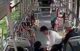 济南:公交车上乘客突发急症 众人救援彰显城市温暖