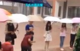 """大雨中 老师为学生搭起一座""""爱心桥 """""""