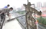 """提升城市形象:大吊车配合人工切割 八一银座楼顶拆""""大字"""""""