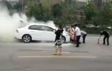 济南一私家车自燃 整条路上的公交司机和车主都跑来救火