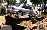 【视频】因为一生爱车,他立遗嘱死后用轿车当棺材下葬!