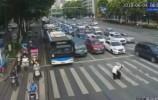 【视频】大爷行动不便车辆齐让行,交警突然这样做...