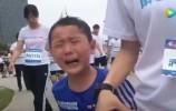 【视频】一家三口参加欢乐跑,结果孩子却哭着跑完3公里,只因…