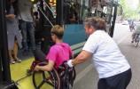 坐轮椅怎么坐公交?乐虎国际手机版101路司机教科书做法被乘客点赞