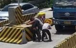 【视频】充满问号的操作…货车司机为啥撬了收费站石墩?