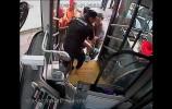 乐虎国际手机版小伙晨练晕倒路边 公交司机市民积极救助