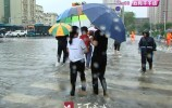 视频 感动!搀扶行人、护送孩子…为你平安他们一直在雨中