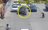 【视频】小伙骑车逼停车流,竟然是因为。。。