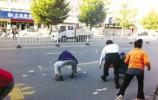 【视频】出租车司机和老人当街对骂撒钱,竟是为这事...