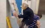 【视频】点赞!孝顺大哥用背部给老母亲当凳子!